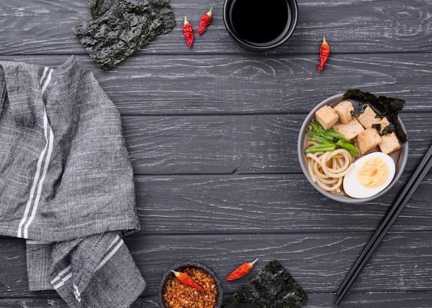 Sopa de fideos ramen asiáticos en mesa de madera