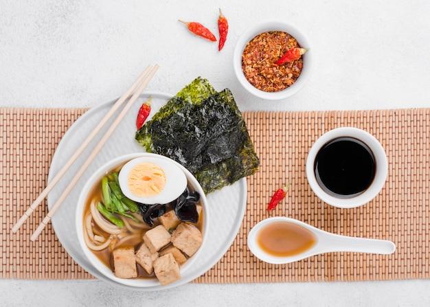 Sopa de fideos ramen asiáticos