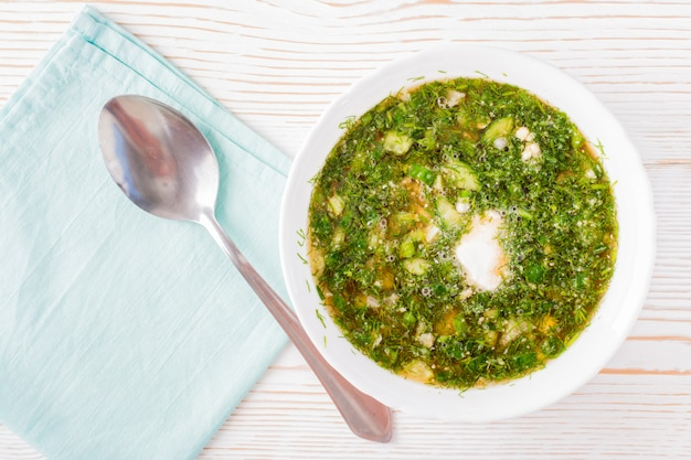 Sopa fría con verduras y hierbas aderezadas con pan kvas