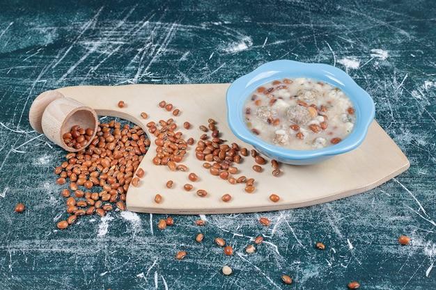 Sopa de frijoles y champiñones sobre tabla de madera. foto de alta calidad