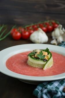 Sopa de gazpacho fría tradicional española con mejillones