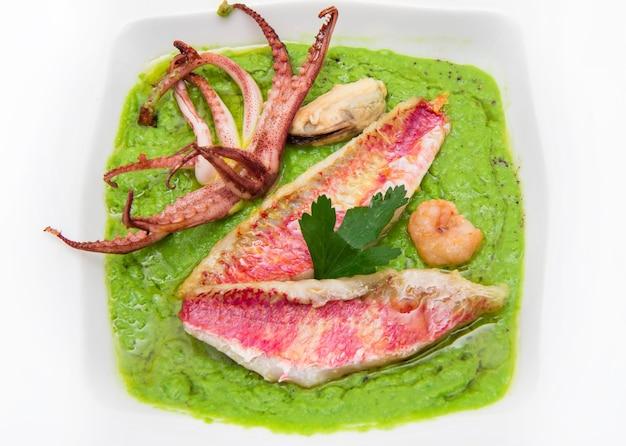 Sopa de guisantes con filete de salmonete y tentáculos de calamar