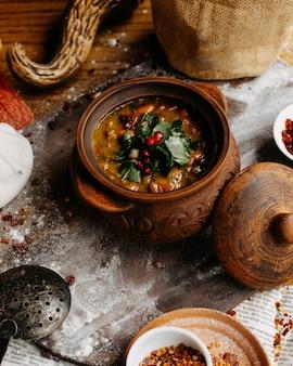 Sopa de guisantes georgianos sobre la mesa