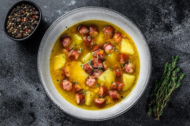 Sopa de guisantes con salchichas ahumadas y carne