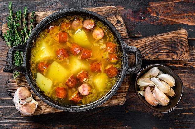 Sopa de guisantes con salchichas ahumadas en una sartén