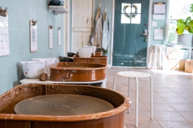Sopa para hacer cerámica sin gente. interior del estudio creativo