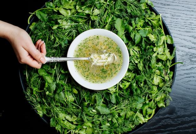 Sopa de hierbas y hierbas en bandeja