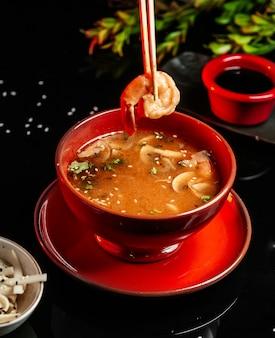 Sopa de hongos chinos en la mesa