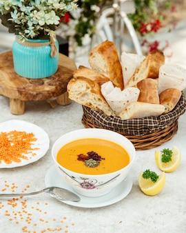 Sopa de lentejas con hierbas secas y limón en rodajas