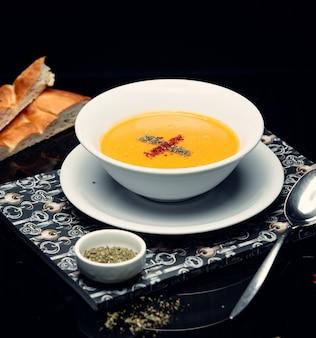 Sopa de lentejas en la mesa