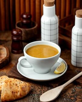 Sopa de lentejas con pan sobre la mesa