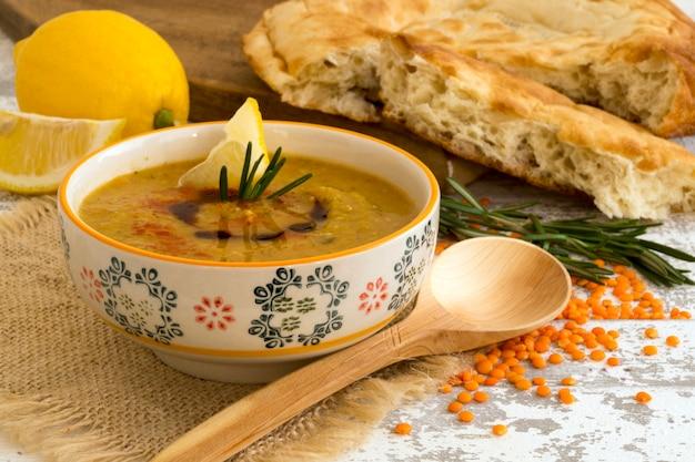 La sopa de lentejas rojas con pan árabe.