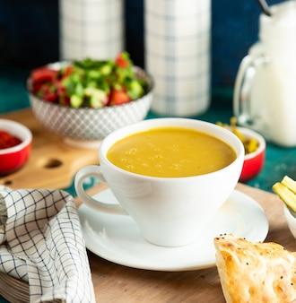 Sopa de lentejas sobre la mesa
