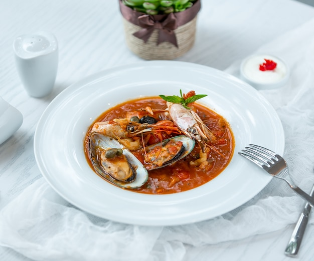 Sopa de mariscos en la mesa