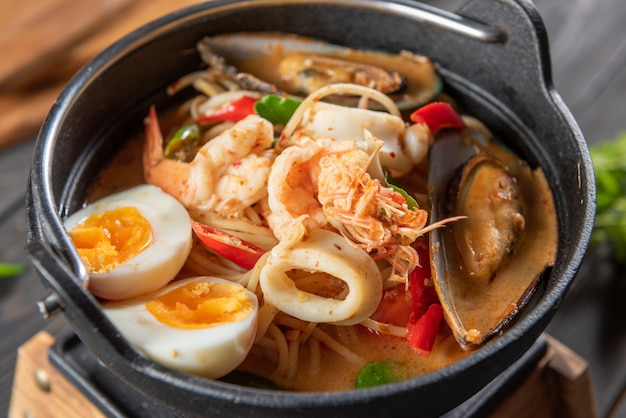 Sopa de mariscos tailandeses