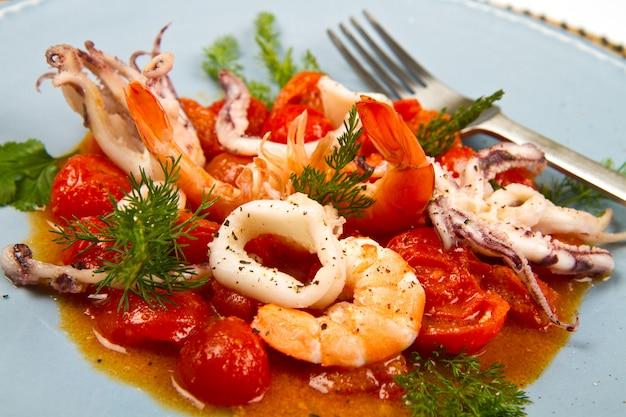 Sopa de mariscos con tomate y calamares