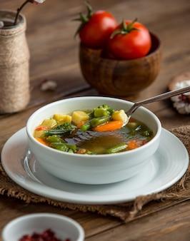 Sopa minestrone sobre la mesa
