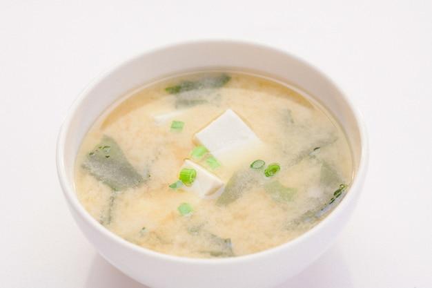 Sopa de miso en estilo japonés lista para servir