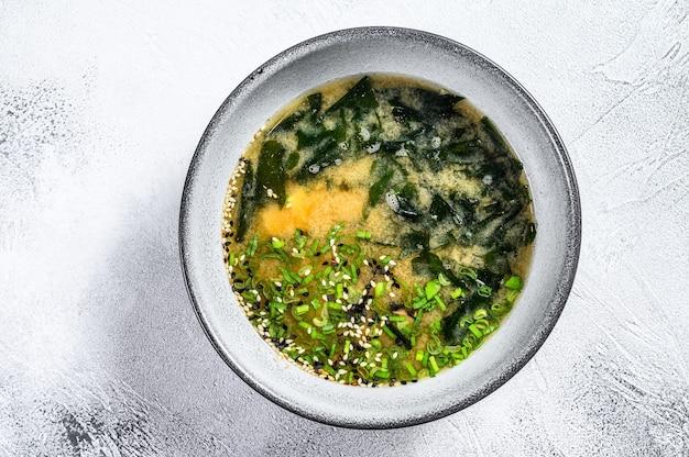 Sopa de miso japonesa en un tazón blanco