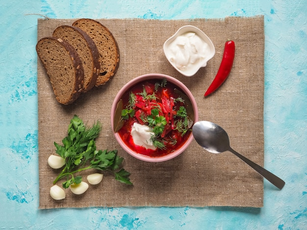 Sopa nacional rusa, ucraniana y polaca casera - borscht rojo hecho de remolacha, verduras y carne con crema agria