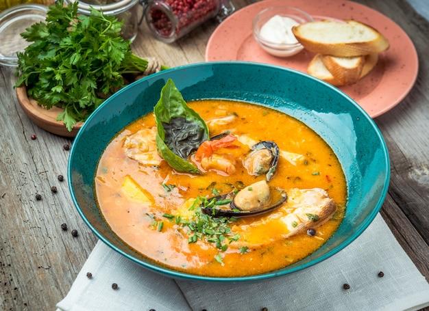 Sopa de pescado francés bouillabaisse con mariscos