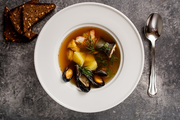 Sopa de pescado fresco en la vista superior del tazón