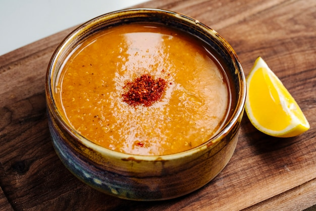 Sopa picante de lentejas con limón lateral