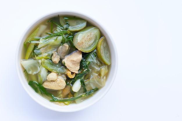 Sopa picante del noreste de tailandia, vegetales mixtos con pollo en un tazón en blanco