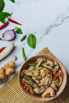 Sopa picante de tendón de cerdo e ingredientes alimentarios tailandeses.