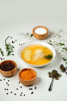 Sopa de pollo con arroz sobre la mesa