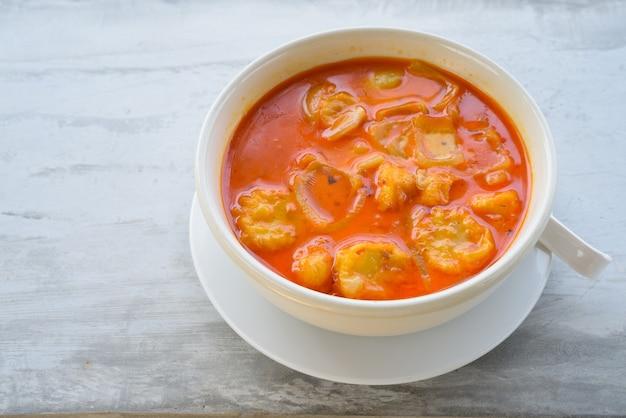 Sopa de pollo y cebolla con salsa de chile dulce