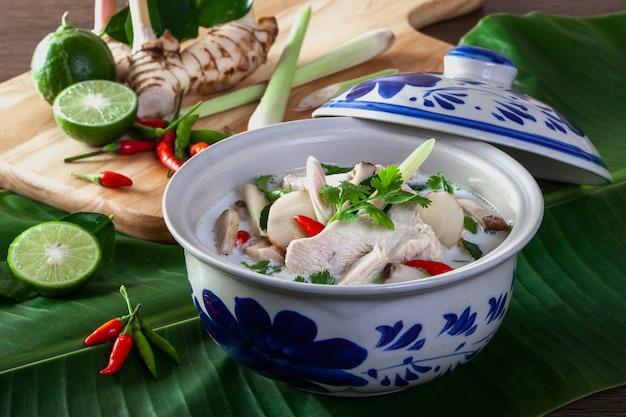 Sopa de pollo y coco (tom kha kai) comida tailandesa