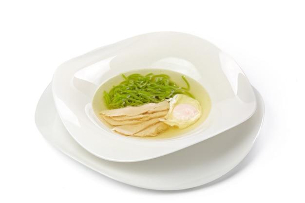 Sopa de pollo con fideos aislado en blanco