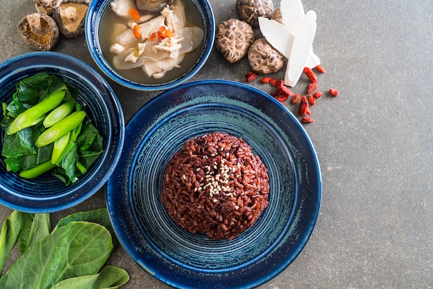 Sopa de pollo y hierbas, col rizada china con arroz baya.