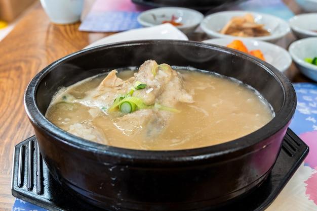 Sopa de pollo samgyetang ginseng. comida coreana.
