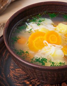 Sopa de pollo con verduras.