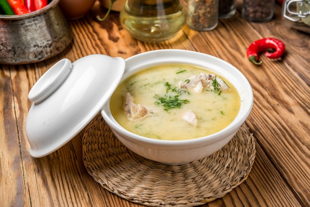 Sopa de queso con pollo y verduras.