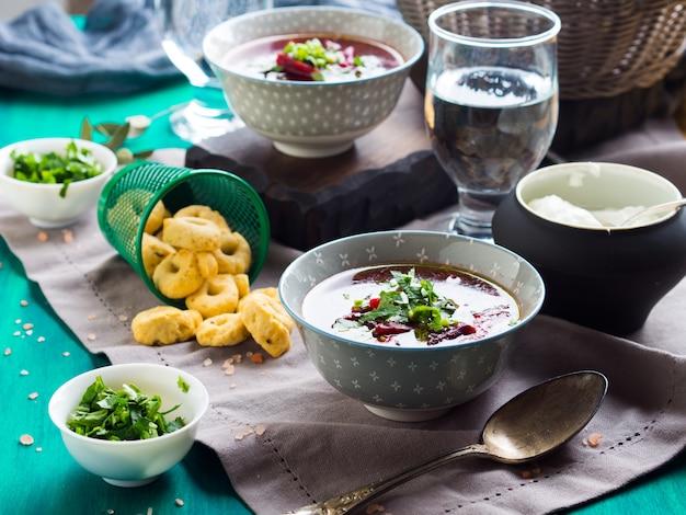 Sopa de remolacha servida en cuencos en servilleta