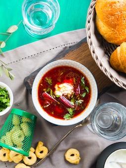 Sopa de remolacha servida en tazones sobre servilleta. almuerzo con plato vegetariano ligero.