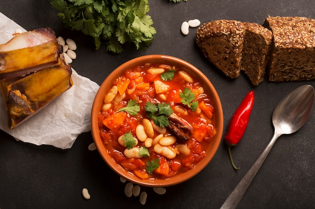 Sopa rústica de frijoles con frijoles y zanahoria