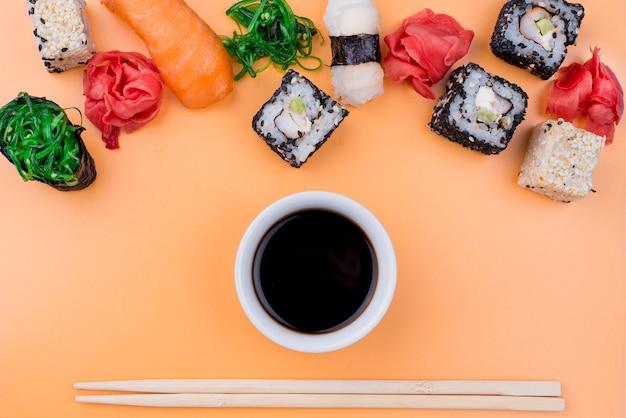 Sopa de soja plana y rollos de sushi