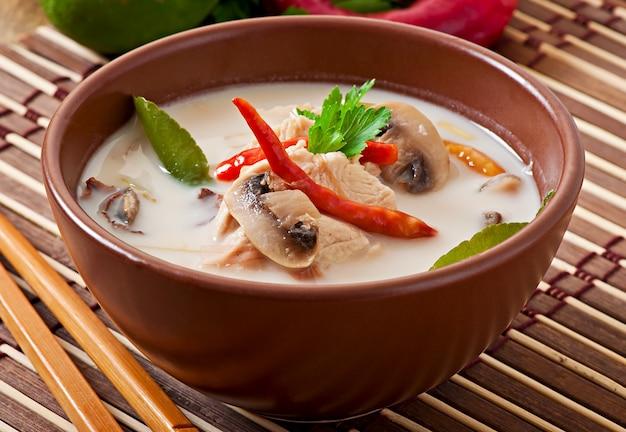 Sopa tailandesa con pollo y champiñones