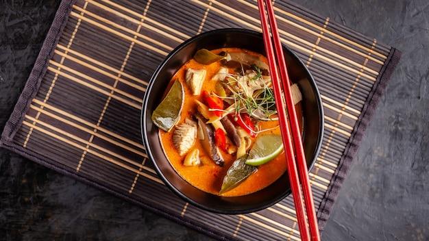 Sopa tailandesa tom ñame de pollo.