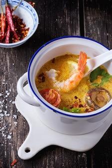 Sopa tailandesa tom yam