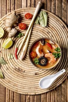 Sopa tailandesa tom yum