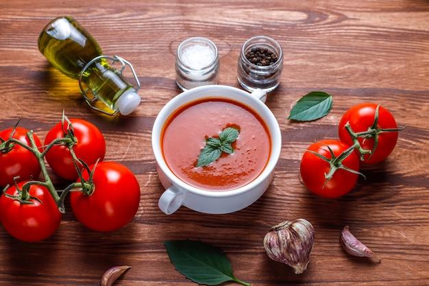 Sopa de tomate con albahaca en un bol.
