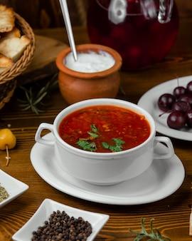 Sopa de tomate en un bol