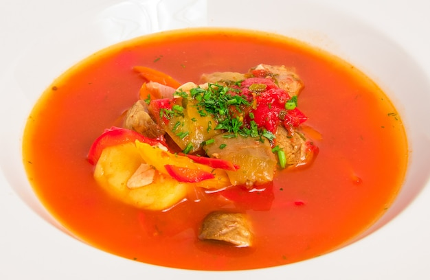Sopa de tomate con carne