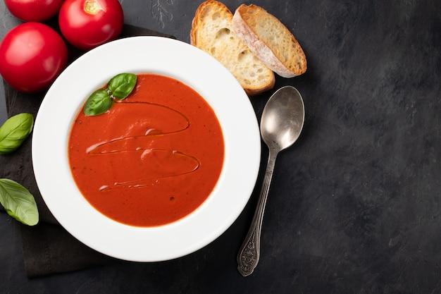 Sopa de tomate casera con albahaca.