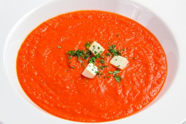Sopa de tomate con hierbas y queso.